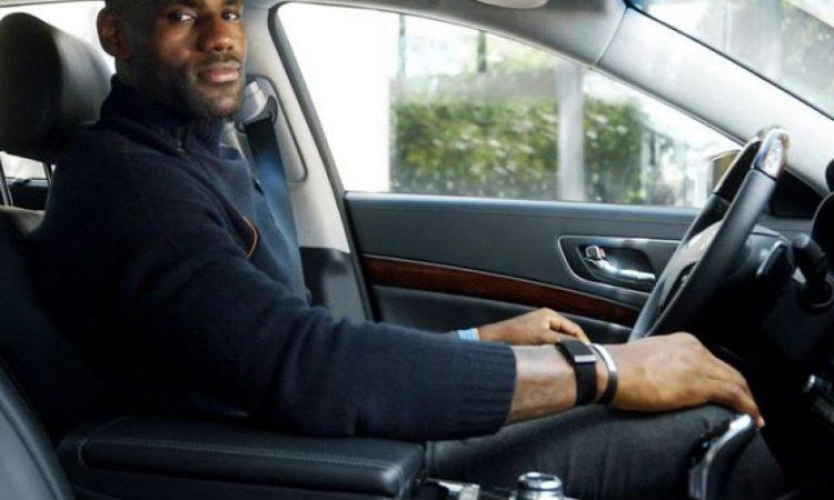 LeBron James em um de seus Mercedes [divulgação]