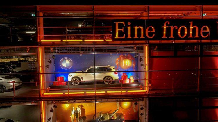 BMW iX3 na fachada da Mercedes-Benz [divulgação]