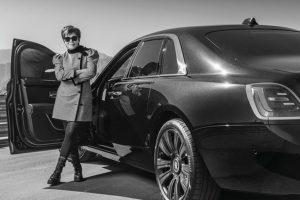Kris (Kardashian) Jenner e seu Rolls-Royce Ghost [divulgação]